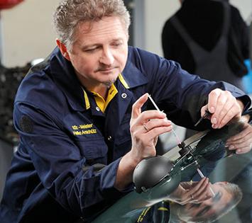 Mechaniker repariert eine Windschutzscheibe