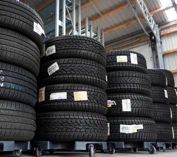 LKW-Reifen im Reifenlager der Reifenbörse Arnold.