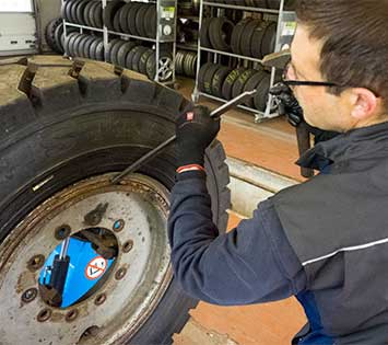 Arbeiten am LKW-Reifen bei der Reifenbörse Arnold.