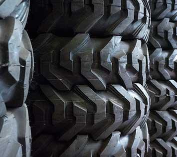 Reifen mit groben Profil im Reifenlager der Reifenbörse Arnold.