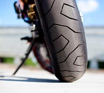 Blick von hinten auf ein Motorrad.