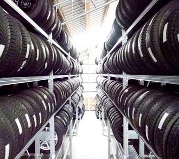 Neues Reifenlager von innen der Reifenbörse Arnold.