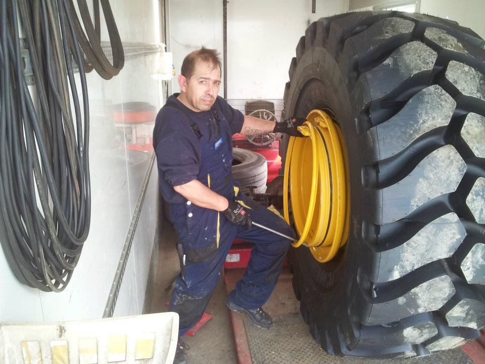 Montage_vor_Ort_EM_Michelin_Reifen_26,5R25